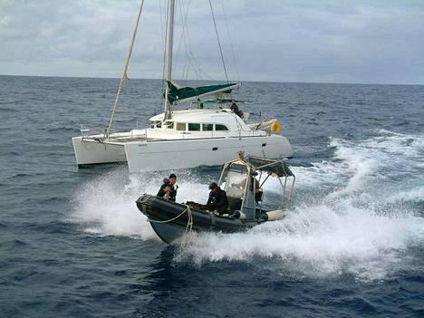 Espanjan turvallisuusviranomaiset pysäyttivät kokaiinikuljetuksen kesäkuussa 2005 Espanjan luoteisrannikolla.