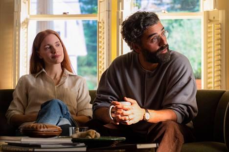 Jessica Chastain ja Oscar Isaac esittävät aviokriisiään selvittäviä Miraa ja Jonathania.