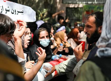 Tiistaina Kabulissa mielenosoitukseen osallistunut nainen kävi kiivasta keskustelua Taleban-taistelijan kanssa.