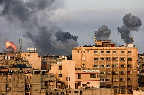 Savua nousee Gazan kaupungista Israelin ilmaiskun jälkeen.