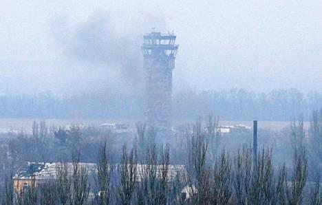 Donetskin lentokentän lennonjohtotornin juuresta nousi savua viime viikolla.