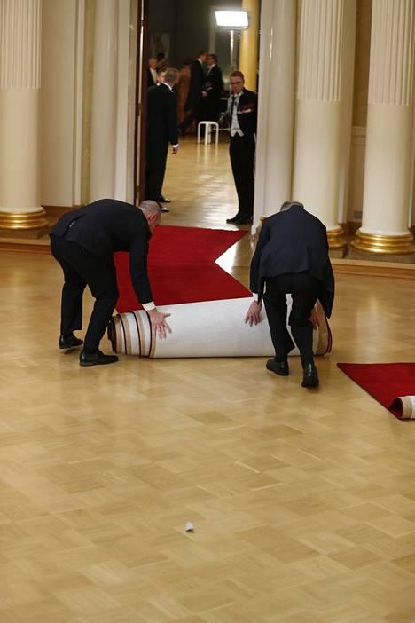Kun kättely oli ohi, matto käärittiin pois.