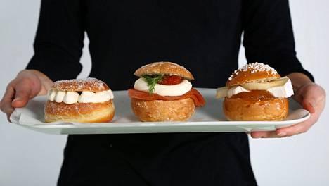 Tuunaa laskiaispullasi näin. Vasemmalla kerma-hillotäytteinen sokerimunkki, keskellä lohi-smetanatäytteinen sämpylä ja oikealla briejuusto-hillotäytteinen pulla.