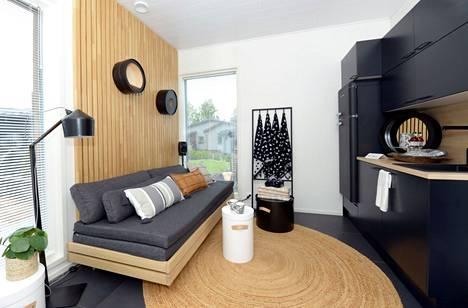 Saunan viilentymistilat taipuvat vierashuoneeksi kohteessa 1. Jääkaappi ja minikeittiö palvelevat sekä janoisia saunojia että aikaisin herääviä vieraita.