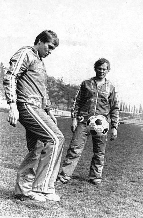 Prahan MM-kisoissa 1978 Matti Hagman ja Esa Peltonen pallottelivat ennen Kanadan kohtaamista.