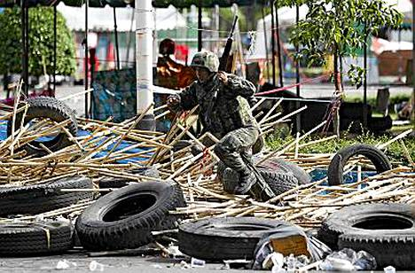 Sotilaat ylittivät bambuista ja autonrenkaista rakennetut esteet.