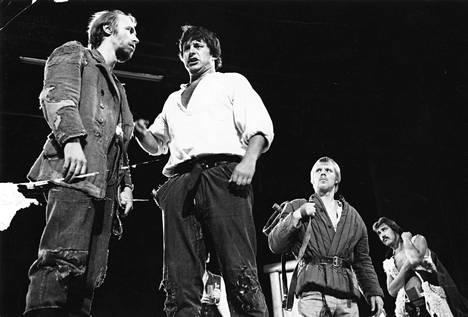 Kalle Holmbergin ohjaus Seitsemästä veljeksestä Turun Kaupunginteatterissa 1970-luvulla oli kirjan tunnetuimpia näyttämöversioita.