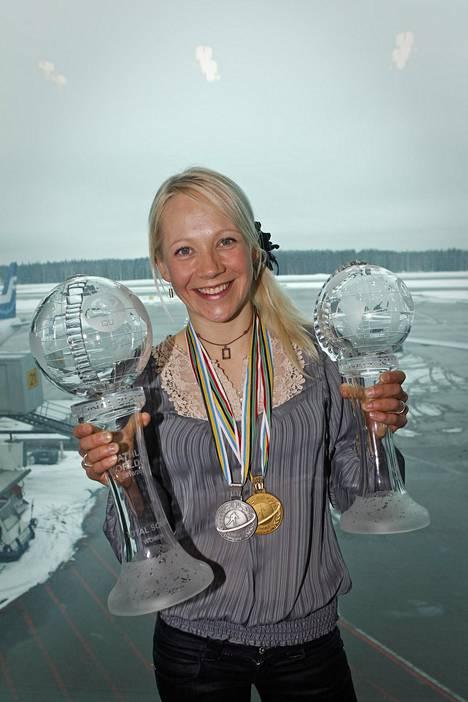 Kausi 2010–11 oli Kaisa Mäkäräiselle todellinen täysosuma: MM-kulta ja -hopea, maailmancupin kokonaiskilpailun voittajan iso kristallipallo ja takaa-ajocupn voitosta tullut pienempi kristallipallo.
