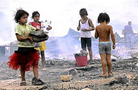 Tulipalon jälkeen. Lapset etsivät tulipalossa säilyneitä tavaroita pakolaisleirillä Montenegron pääkaupungissa Podgoricassa. Tulipalo riehui pakolaisleirillä, joka on lähes täynnä Kosovosta ja Kosovon Metohijan alueelta tulevia romanipakolaisia.
