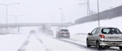 Maanantain lumisade iskee pahasti pääsiäisen paluuliikenteeseen.