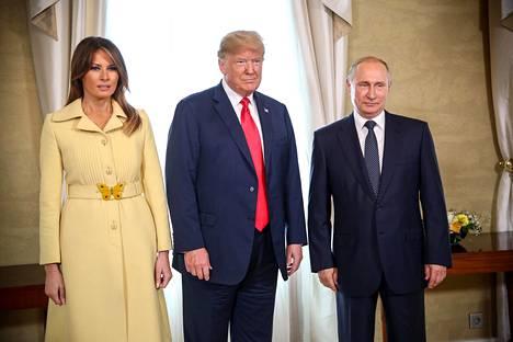 Melania Trump kätteli Putinia Helsingissä. Kättelyn jälkeen hänen kasvoiltaan paistaa melko huomiota herättävä ilme.