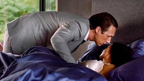 Adam (Simon J. Berger) hyvästelee vaimoaan (Agnes Kittelsen).