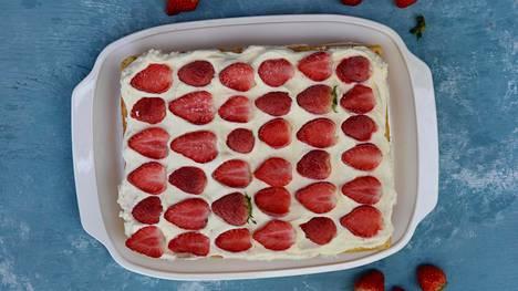 Vohvelia, juustokakkutäytettä, mansikoita, niistä on kesän paras kakku tehty.