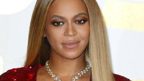 Beyoncé esiintyi Grammy-gaalassa kultaisessa kettinkiasussa.