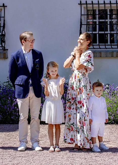 Prinssi Daniel, kruununprinsessa Victoria ja heidän lapsensa prinsessa Estelle, 9, ja prinssi Oscar, 5, kruununprinsessan 42-vuotispäivillä vuonna 2019.
