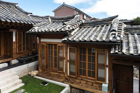 Satoja vuosia vanha korealainen puutalo hanoki. Päätyisikö Otto Jaakkosen kuusi tällaiseen taloon, vai kenties johonkin modernimpaan? Se oli pakko selvittää.
