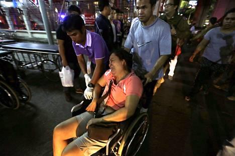Bangkokin räjähdyspaikalle kerääntyi illalla ihmisiä etsimään omaisiaan.