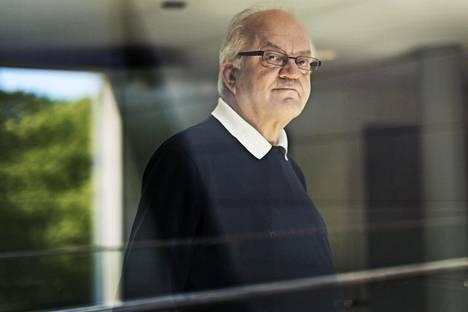Jari Sinkkonen kritisoi pyrkimystä hämärtää sukupuolieroja.