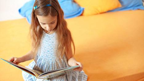 Monet lukijoista ovat sitä mieltä, että lapsi oppii lukemaan jo ennen kouluikää, jos niin itse haluaa.