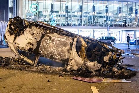 Mellakoitsijat sytyttivät autoja ja pyöriä palamaan Eindhovenissa sunnuntaina.