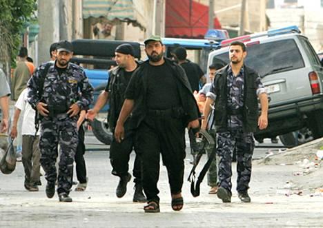 Aseistautuneet Hamasin taistelijat Gazassa tiistaina.