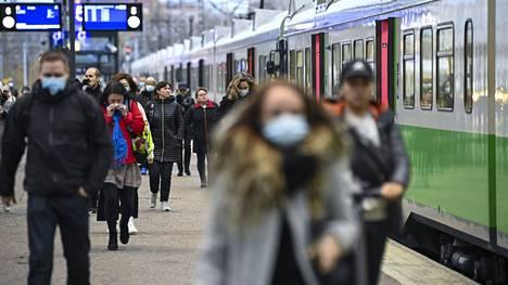 Työmatkalaisia Helsingin rautatieasemalla perjantaiaamuna 15. lokakuuta 2021. Kuvituskuva.