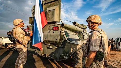 Venäläisiä sotilaspoliiseja ajoneuvoineen Amudan kylässä Syyriassa 24. lokakuuta.