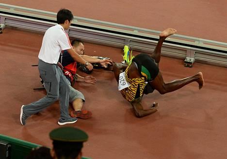 Entä muistatko vielä tämän? Pekingin MM-kisoissa Bolt oli sprinttimatkoilla jälleen voittamaton, mutta vahingossa hänetkin saatiin kumoon. 200 metrin kunniakierrosta Segway-sähkökulkuneuvon päältä ikuistanut kuvaaja törmäsi vahingossa Boltiin, joka lensi törmäyksestä kumoon.