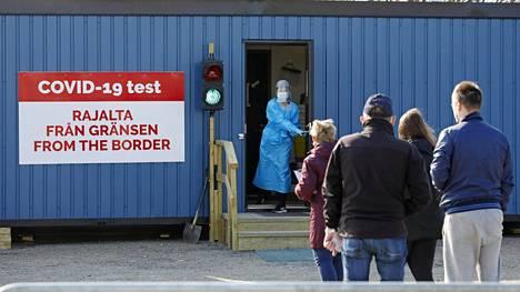 Tornion ja Haaparannan välisellä rajanylityspaikalla sijaitsevalla koronatestikontilla testiin menevät odottelivat vuoroaan perjantaina 14. toukokuuta 2021.