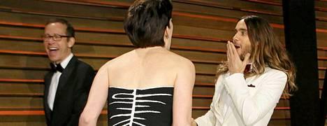 Hetkeä myöhemmin Leto saa ilmeisesti kuulla kunniansa. Tai ehkä hän ja Anne Hathaway vain vaihtavat kuulumisia.