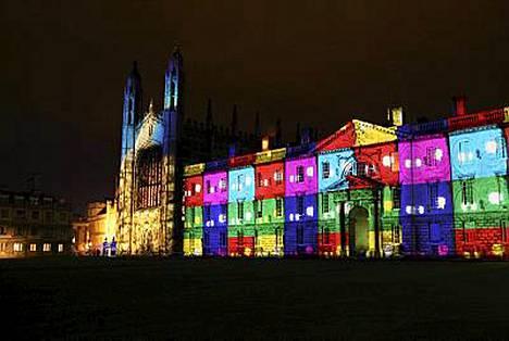 Näinkin upeissa väreissä hehkui Cambridgen Kings College tammikuun puolenvälin valoshowssa.