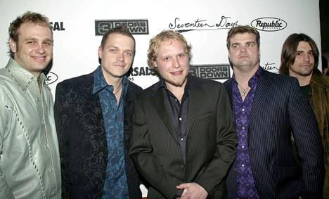 Matt Roberts (kesk.) oli 3 Doors Downin perustajajäsen ja kitaristi.