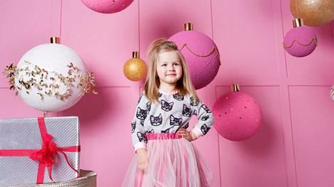 Ennen äiti osti lapsensa vaatteita kirpputorilta, mutta nyt hän alkoikin ostaa huomattavasti kalliimpia merkkivaatteita muiden mukana osamaksulla. Kuvituskuva. Kuvan lapsi ei liity artikkeliin.