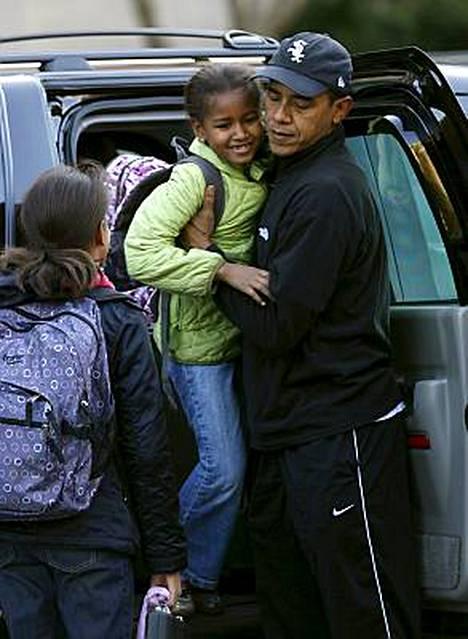 Yhdysvaltain tuleva presidentti Barack Obama otti hetken huilaustauon uuden hallituksensa suunnittelusta ja saatteli tyttärensä koulutielle maanantaiaamuna Chicagossa.