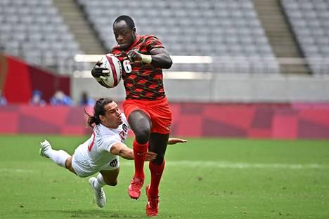 USA:n Madison Hughes yritti pysäyttää Kenian  Jeff Oluochin maanantain olympiaottelussa.