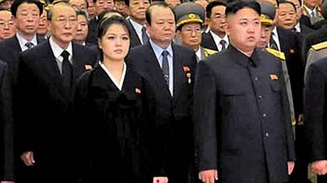 Tässä 17. joulukuuta otetussa kuvassa vaimo Ri Sol-ju näyttäisi vielä olevan raskaana. Vierellä puoliso Kim Jong-un.