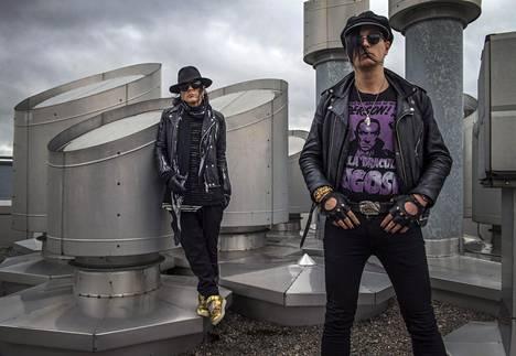 Rumpali Jussi 69 (vas.) ja laulaja Jyrki 69 ovat keikkailleet The 69 Eyesin kanssa yli 25 vuotta.