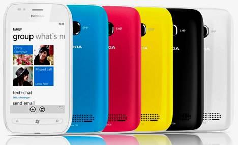 Walmart myy Lumia 710 -puhelinta valkoisena tai mustana. Hinta on nolla dollaria.