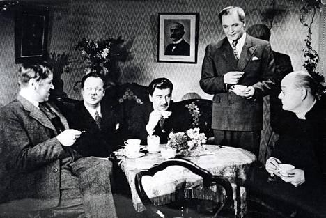 Niskavuori-elokuvat ovat Laineen ohjeustöistä tunnetuimpia. Kuvassa Aarne Laine, Sasu Haapanen, Joel Rinne, Leo Lähteenmäki ja Vilho Ilmari.