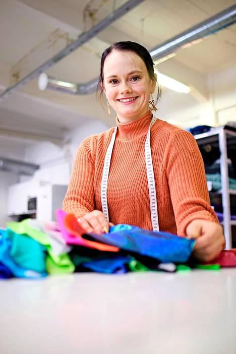 Pinkkiheidin omistaja Heidi Parkkinen ompeli aluksi kaikkea verhoista juhlapukuihin. Kysynnän myötä hän pystyi keskittymään pelkästään urheiluvaatteisiin.