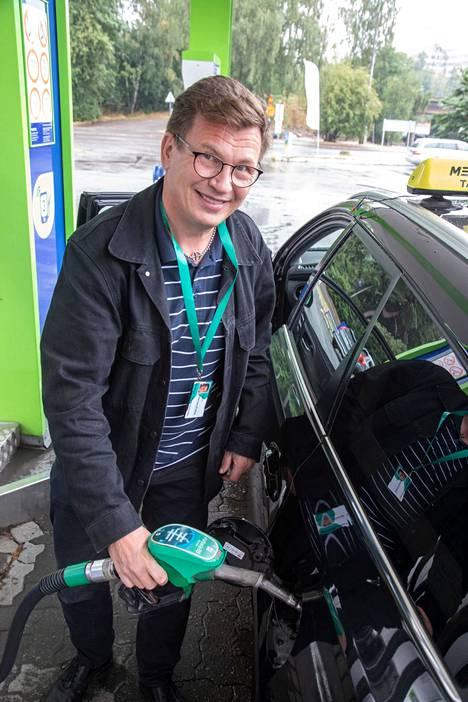 Taksia työkseen ajava Timo pitää bensiinin hintaa jo liian korkeana.