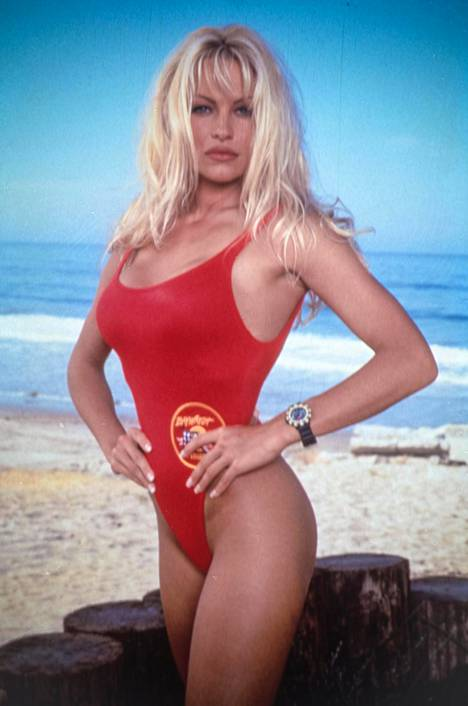 Pamela Andersonin roolihahmo C. J. Parker pelasti vaaraan joutuneita uimareita huippusuositussa Baywatch-sarjassa.