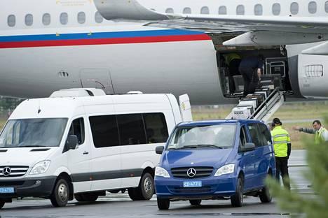 Venäläiskoneeseen nousi laatikkokaupalla juotavaa Lappeenrannan lentokentällä perjantaina iltapäivällä.