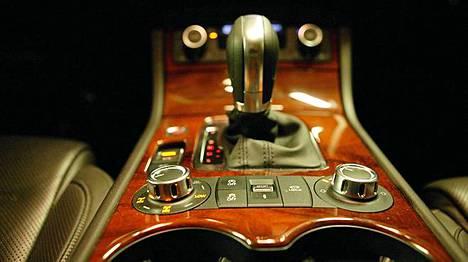 Nelivetoa säädetään jalopuisen keskikonsolin kuljettajan puoleisesta pyörästä. Toisesta pyörästä säädetään ilmajousitettua alustaa.