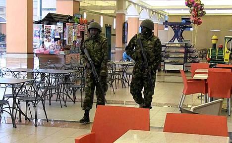Sotilaita Westgaten kahvilassa.