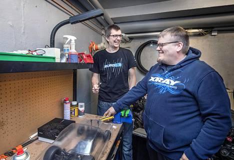Axel Toivonen (vas) ja Niko Vuorenmaa ovat tutustuneet toisiinsa RC-autojen kautta. Toivonen on Eurorc:n pääomistaja ja Vuorenmaa toimitusjohtaja.