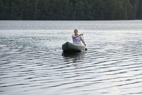 Räsästen uusi harrastus on kanootilla Suolijärvessä melominen.