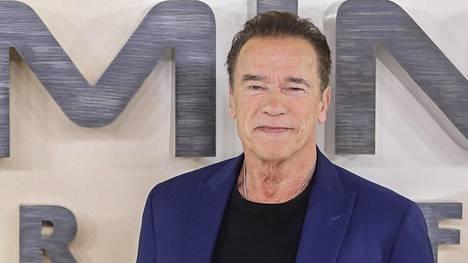 Arnold Schwarzenegger välttelee toistaiseksi ihmiskontakteja kodissaan Kaliforniassa.