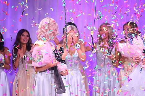 Muut finalistit riensivät onnittelemaan tuoretta voittajaa.