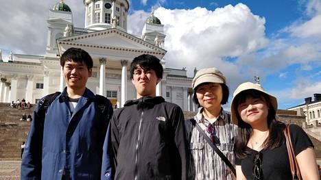 Japanilaisesta Chiban yliopistosta Helsingissä vierailleet Taishi Masumitsu (vas.), Taiga Mikami, Yoko Mizokami ja Yuanyuan He näkivät Tuomiokirkolla yllättyksekseen japanilaisen kruununprinssiparin.